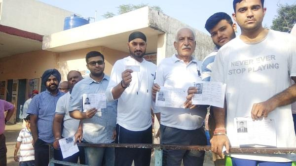 cricketer harbhajan singh also voted