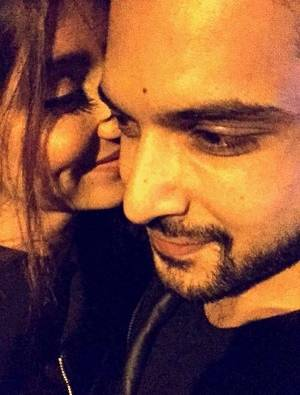 tv star karan kundra is dating vj anusha kiss photo viral