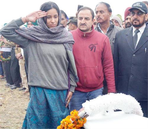 pathankot bravehearts daughter shoulders fathers coffin