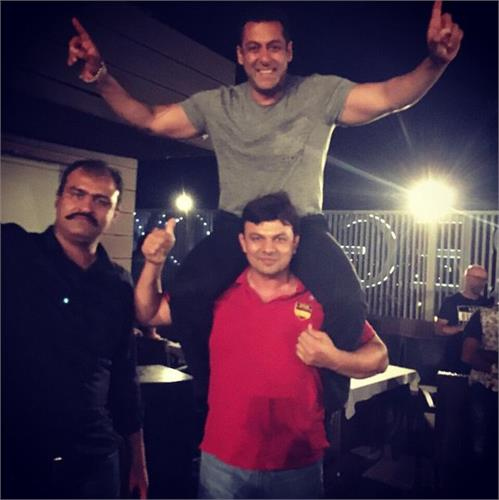 salman khan shows some wrestling moves at sultan wrap up party