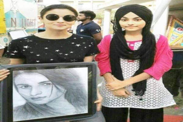 simran kaur hands over   sketch   to aila bhatt and akshay kumar