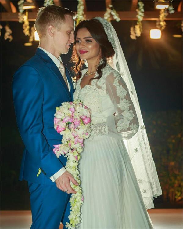inside aashka goradia and brent goble white wedding