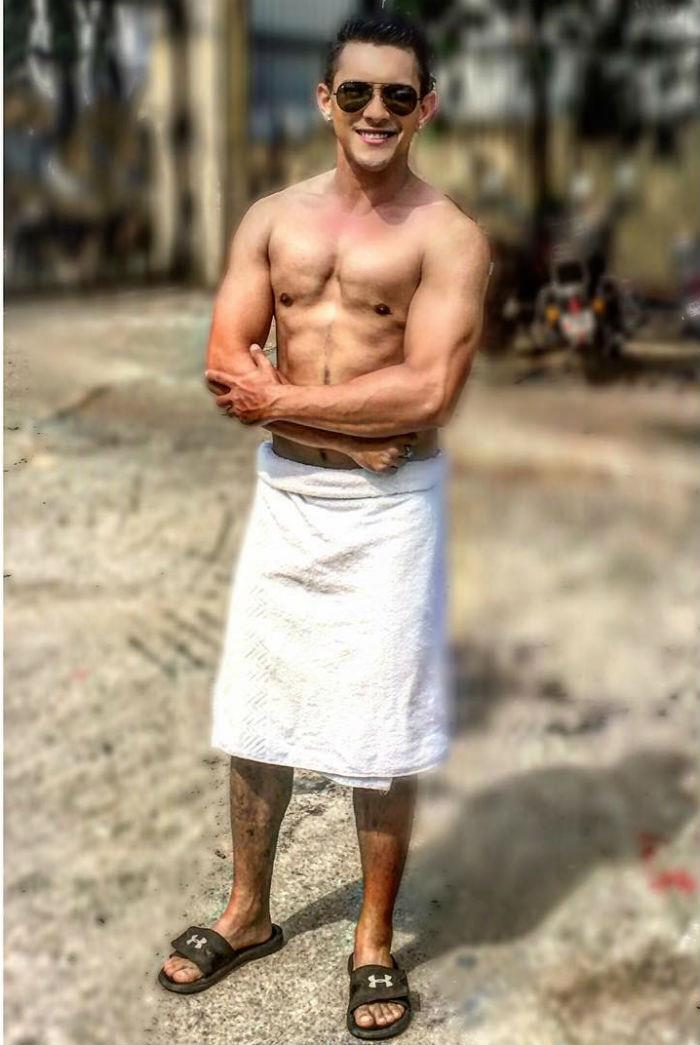 what  this bollywood singer attended a wedding wearing just a towel