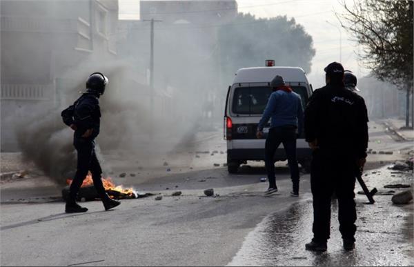 in tunisia journalist commits suicide