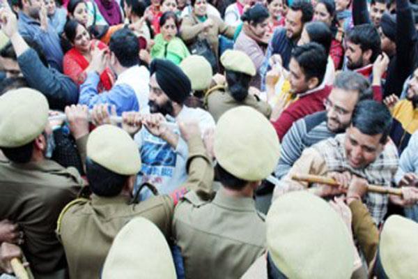 police  demonstrators  nhm employees  lathi charge