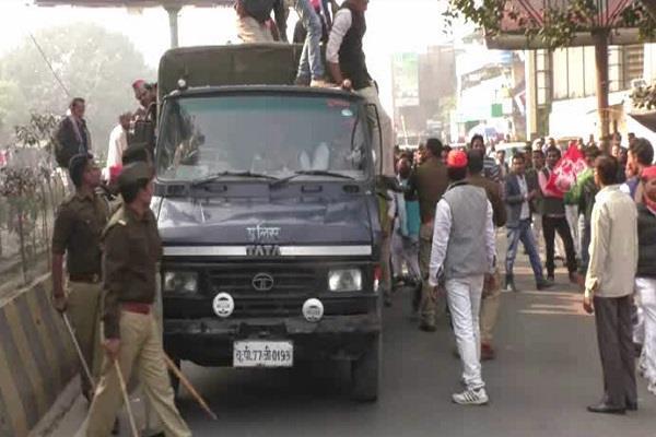 yogi sarkar  protest and police struggling