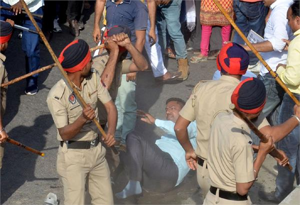 a teacher turban put off on  lathi charge