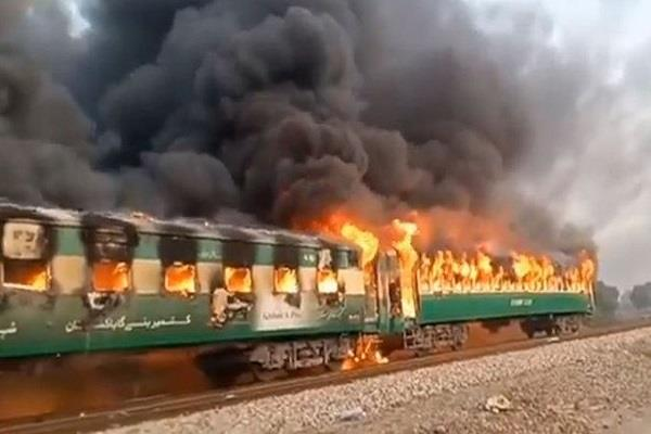 killed fire karachi express in pakistan