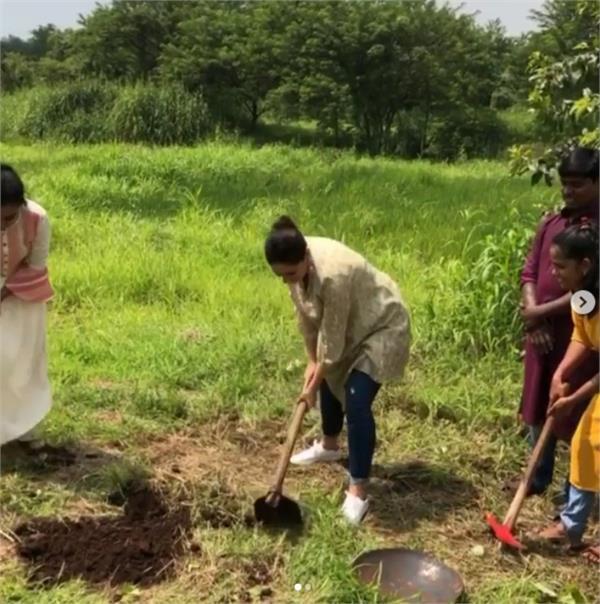 kareena kapoor khan breaks ground with a spade watch video