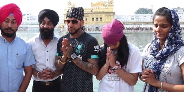 singer jazzy b with her daughter at sri darbar sahib