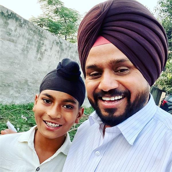 karamjit anmol fulfills little fan wish to share picture with him