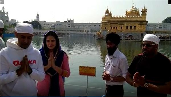 gippy grewal and zareen khan at darbar sahib