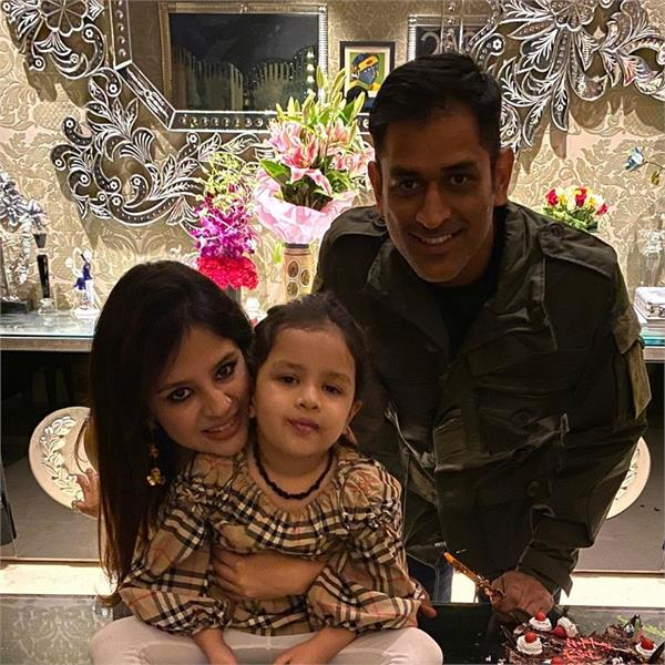ms dhoni celebrates his wife sakshi dhoni  s 31th birthday