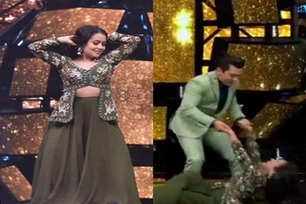 neha kakkar fell down while dancing aditya narayan could not handle