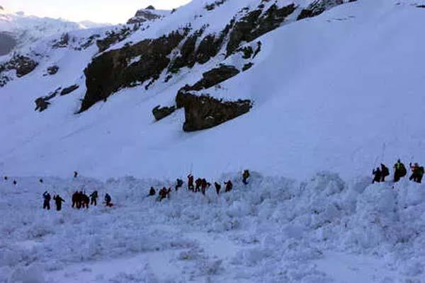8 soldiers trapped in avalanche in siachen