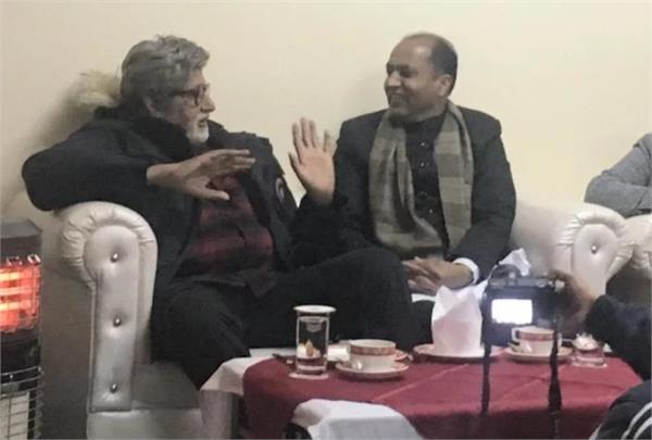himachal pradesh cm meets amitabh bachchan in manali