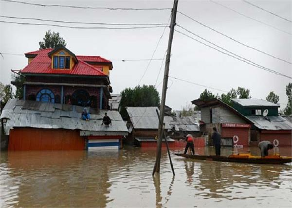 flood 1900 people dead 3 lakh displaced