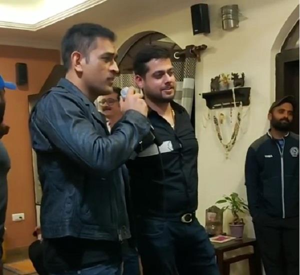 ms dhoni sings old hindi movie song in party viral video