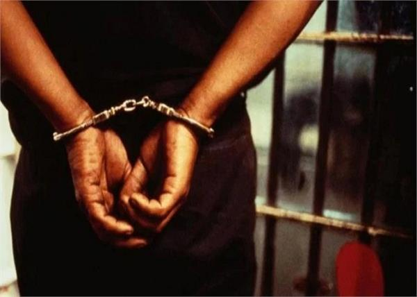 man arrested with 8 desi pistols at railway station