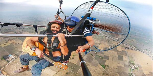 punjabi singer performed by performing this guitar at 2500 feet altitude