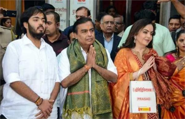 ambani couple gave the wedding invitation to the siddhi vinayak temple