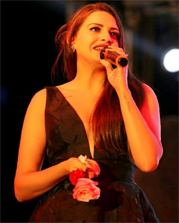 himanshi khurana in support of canadian students
