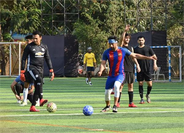 ranbir kapoor and abhishek bachchan snapped playing football