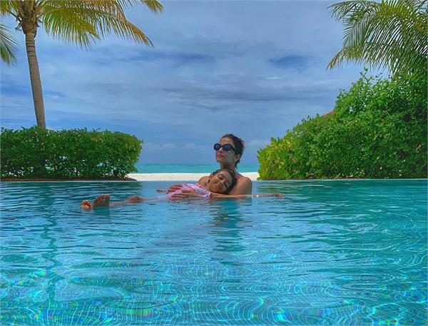 aishwarya rai bachchan and aaradhya inside a pool in maldives