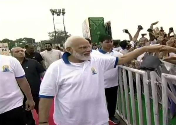 prime minister narendra modi 40 thousand people yoga