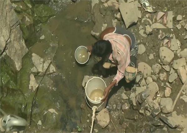 amravati village peopl go 40 feet down to drinking water