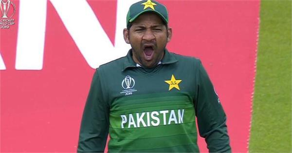 fan screams insults at pakistan captain after loss to india
