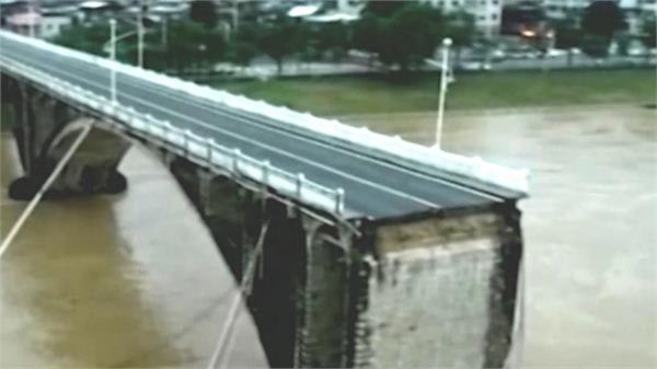bridge in china collapses  many trains fall into the river
