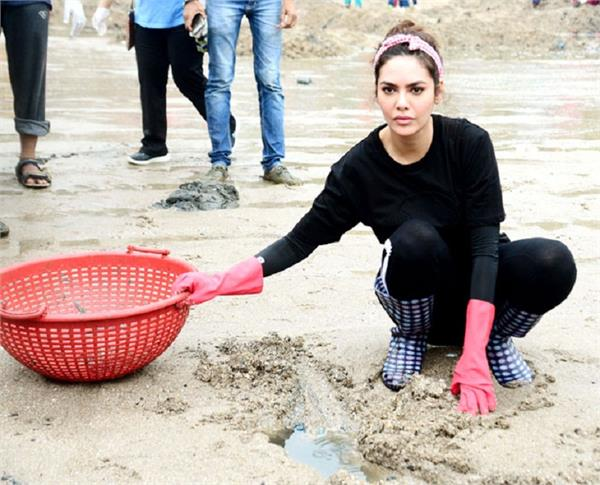 esha gupta participates in the cleanliness drive