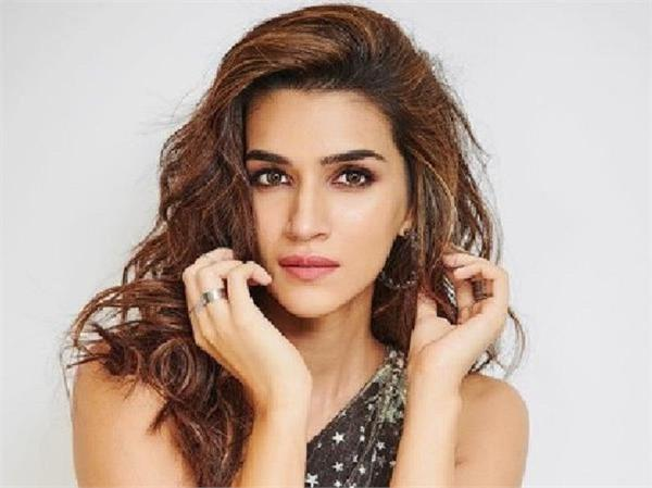 stuck at ahmedabad airport  kriti sanon gets mobbed by fans at 4am for a selfie