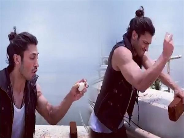 vidyut jammwal broke the bricks with egg in hand