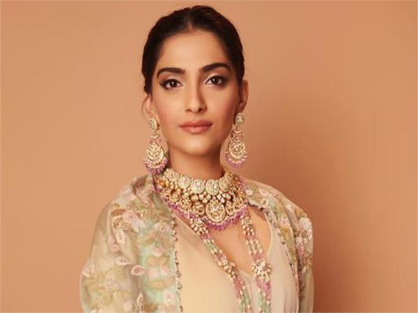 mumbai police help to actress sonam kapoor