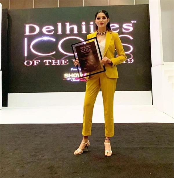 sapna choudhary receives delhiites icon of the year entertainer award