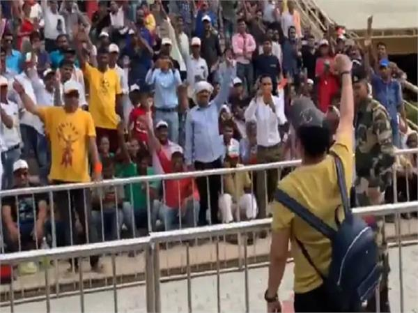 mika singh chants  bharat mata ki jai  at attari wagah border