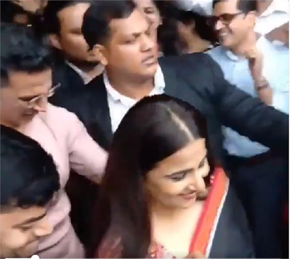 video  akshay kumar protects vidya balan from a sea of fans