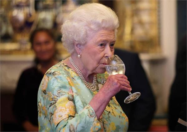 britain  s queen annoyed with country political class