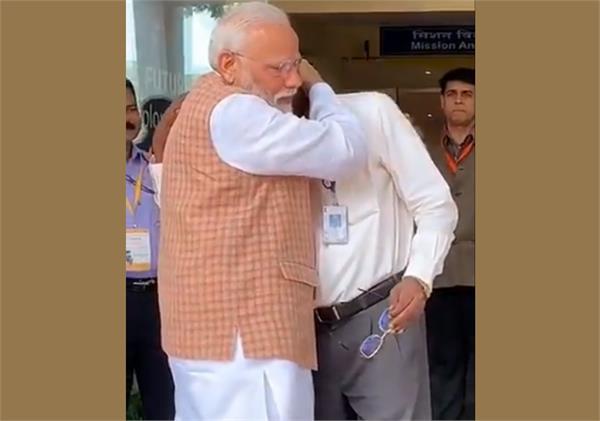 isro chief gets emotional with pm narendra modi