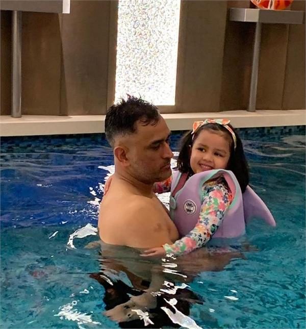 ms dhoni and ziva enjoy swimming pool party
