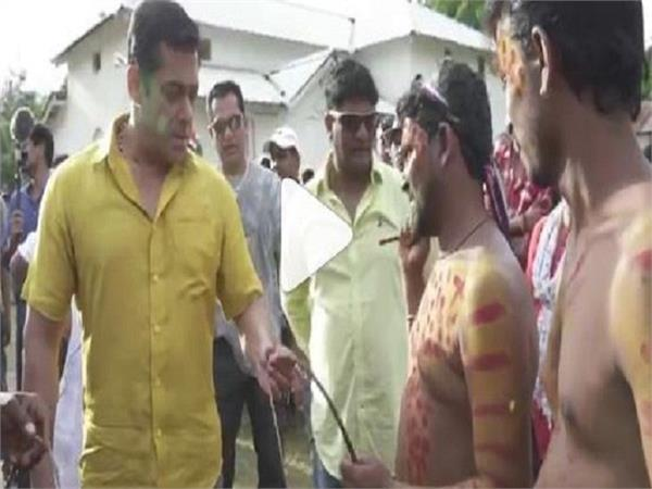 salman khan beats himself with whip during