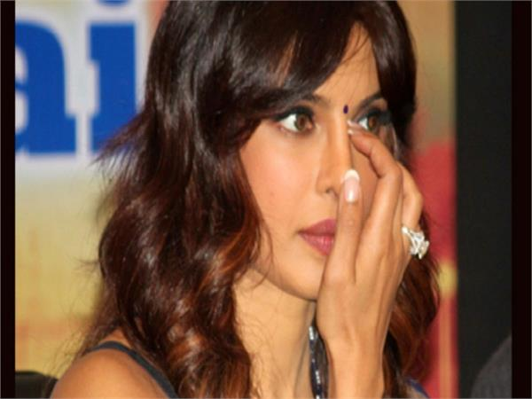 priyanka chopra cannot hold back her tears at the sky is pink premiere