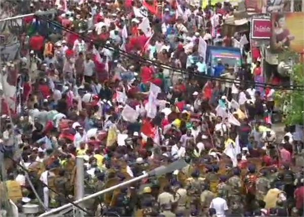 unemployment left workers police lathicharge injured