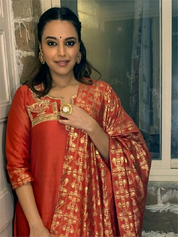 swara bhasker loses her kolhapuri chappals at mumbai  s lalbaugcha raja