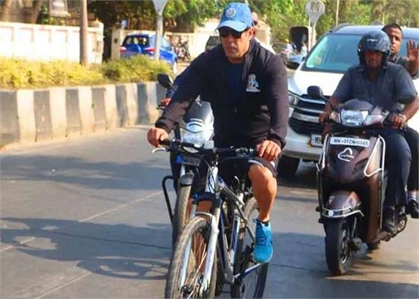 salman khan cycles to   dabanng 3   set