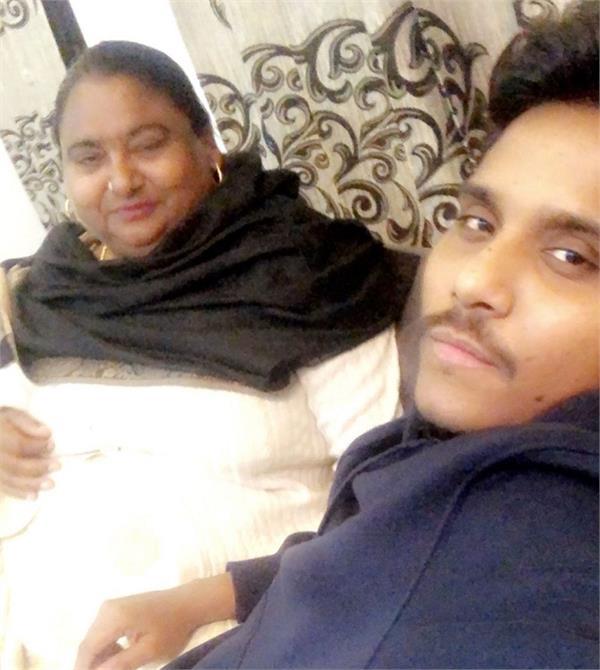 kamal khan with mom
