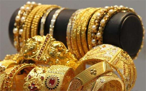 gold buoyed by investors