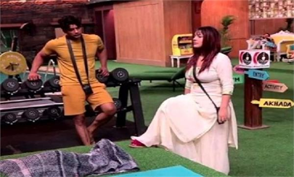 shehnaz gill beats siddharth shukla with her slipper in front of arti singh